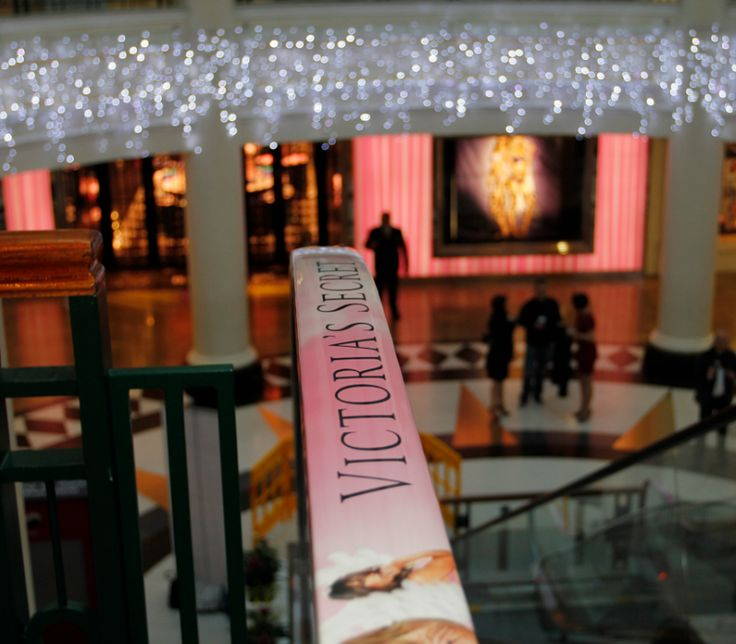 Advertising on escalators http://bit.ly/1T6d0yT Our testing persons got money to walk arround in a shopping center. There was no other advice and we never mentioned ad-roller. #EscalatorAds