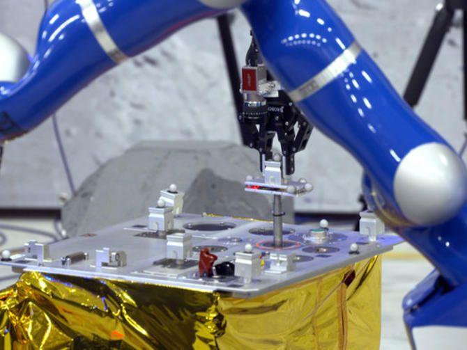 Un astronauta a bordo de la Estación Espacial Internacional usó un controlador especial para determinar cuándo un robot toca un objeto en la Tierra y lo guía hasta completar una labor sencilla.