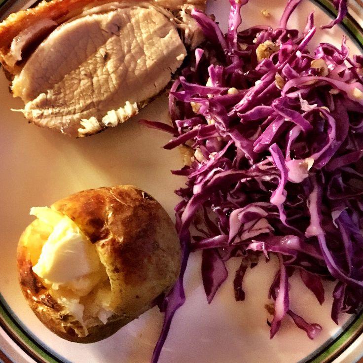 Lidt nostalgi aftensmad en tirsdag aften #flæskesteg #sprødsvær #bagte #kartofler #hvidløgssmør #krydderi #smør #rødkålssalat #smält #smör #bakad #potatis #vitlökssmör #anka  #myrecipe #myfood