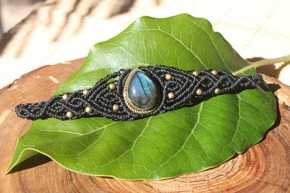 pulsera brazalete en macrame con una piedra de Labradorita.