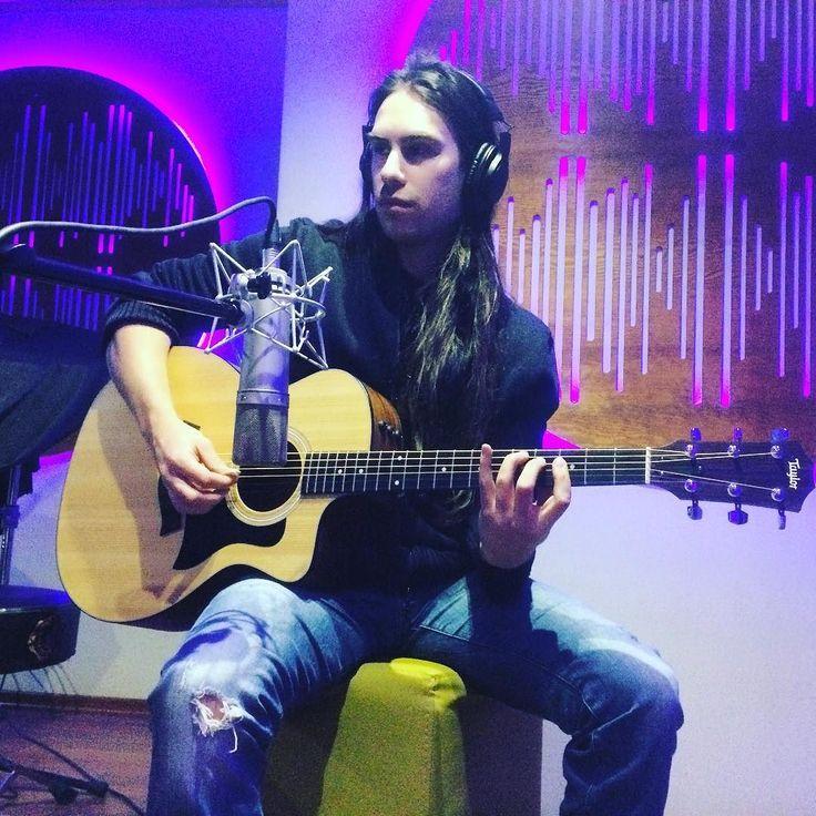 Kayıt günlüğü 3. gün. Akustik gitarlar ve dolayısıyla tüm gitar kayıtları bitti. Vokallerle devam ediyoruz.  #studio #record #album #glamrock #hardrock #rock #heavymetal #metal #glammetal #acoustic #guitar #taylorguitar