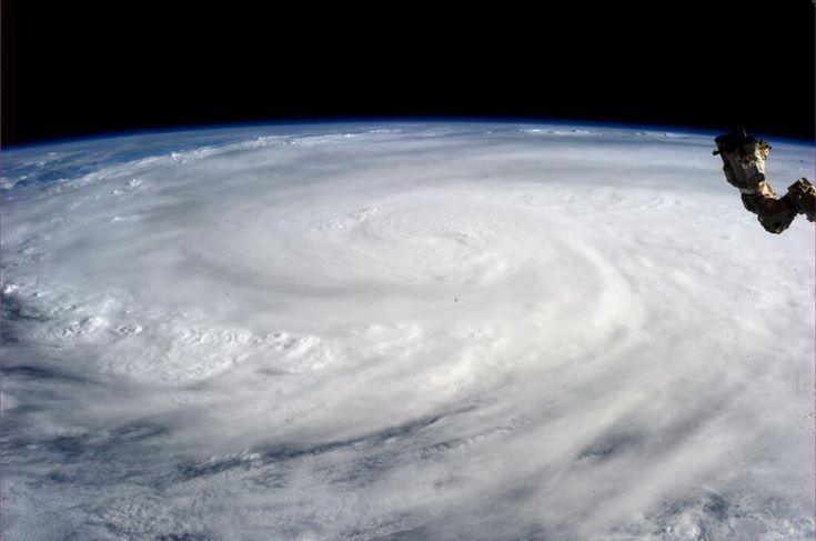 O fotografie realizată de astronautul Karen L. Nyberg şi oferită de NASA, arată super-taifunul Haiyan văzut de pe Staţia Internaţională Spaţială, sâmbătă, 9 noiembrie 2013. (  Karen L. Nyberg / NASA / AFP  ) - See more at: http://zoom.mediafax.ro/news/super-taifunul-haiyan-11670532#sthash.RCrtqdfi.dpuf