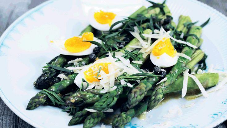 I denne uge står aftensmaden på lækre retter med skønne forårsgrøntsager. Her får du opskriften på grønne asparges med smilende æg og sennepsdressing ugens madplan, ugens opskrifter, hverdagsmad, forårsmad