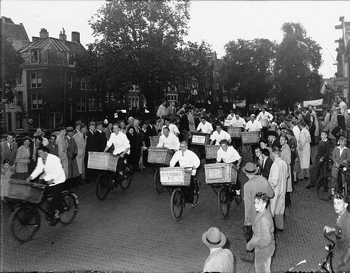 July 4, 1950. Annual butcher delivery boy race from the Thorbeckeplein to the de Westerstraat in Amsterdam. Photo Ben van Meerendonk / AHF, collectie IISG, Amsterdam #amsterdam #1950.