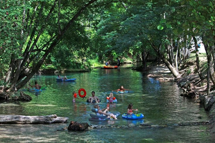 Hier geweest: Bel Ombrage, Dordogne, mooi zwembad, rivier om in te dobberen, ruime plaatsen, goed sanitair, verder weg van winkels