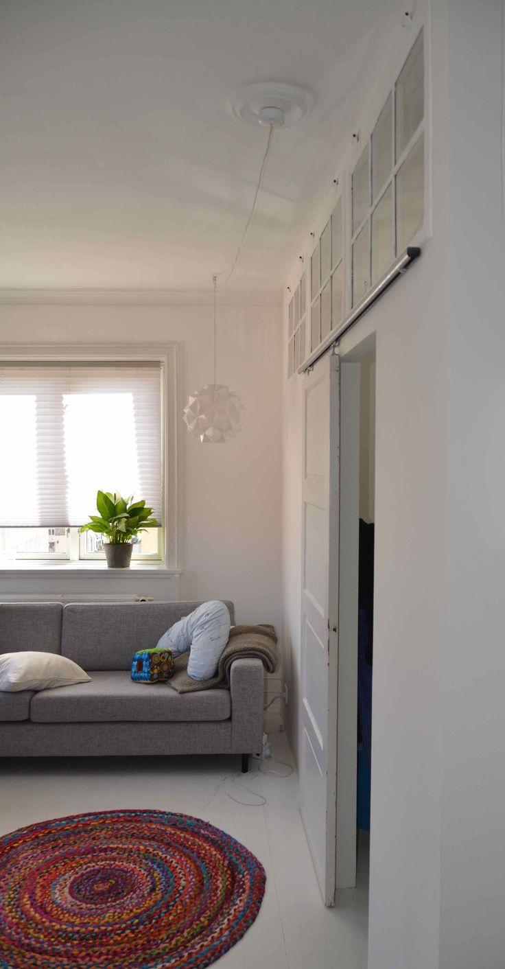 Soveværelse lavet af gamle vinduer monteret i gipsvæg. Gammel fyldningsdør i skinne. / Bygget af Erik Modin