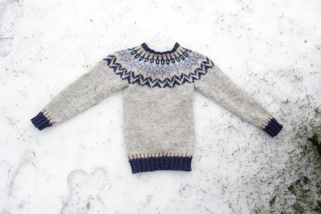 Riddari-in-snow bockning av tröja i snö
