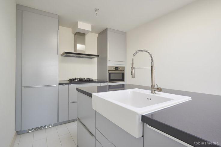 25 beste idee n over grijs keukens op pinterest lichtgrijze keukens grijze kasten en grijze - Idee deco keuken grijs ...