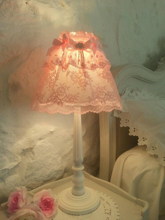 Tenderness and sophistication, this beautiful lamp juponnee beautiful with a soft pink Calais lace, romantic, is adorned with beautiful frilly tightened by a delicate Ribbon past punctuated coquettish satin bows and rhinestone charm! This beautiful skirt is placed on a dressy white silk Lampshade, letting a soft mood light! foot long, weathered white powder, is bordered ribs and charming rounded cuts. possibility to have a pair of beautiful lamps for a romantic bedroom size: diameter 10 cm…