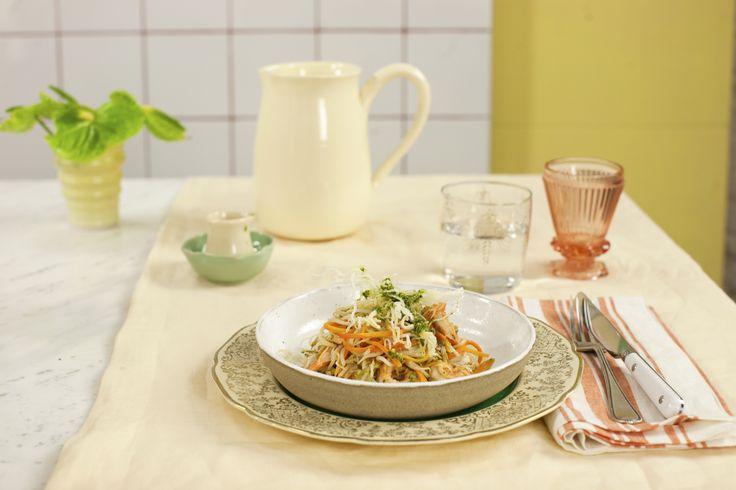 Macarrão de arroz frito com camarão ao pesto de rúcula   #ReceitaPanelinha: Parece mágica, mas é só macarrão frito em imersão - ele dá um croc que faz toda a diferença na mistura mara-maravilha de camarão com pesto ardidinho