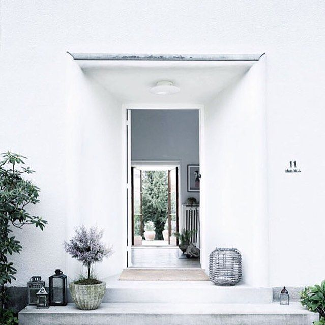 Feeling inspired💡Thank you @nordic_design for this amazing capture - a spectacular entrance to a #Copenhagen residence which once housed guests such as Grace Kelly. Via @norsuinteriors. #homelove #home #entrance #porch #white