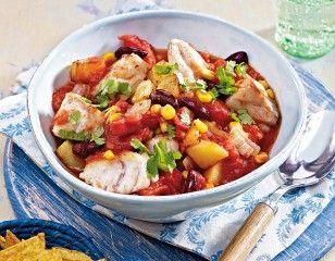 """Scharfer Fischeintopf Rezept: Zwiebel,Knoblauchzehen,Kartoffeln,Öl,Chilipulver,Tomaten,Mix"""",Seelachsfilet,Mehl,Koriander"""