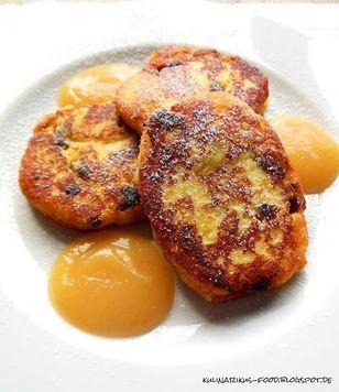 Sächsische Quarkkeulchen  Rezept: Kartoffeln,Quark,Mehl,Ei,Rosinen,Zucker,Vanillezucker,Ausbacken,Anrichten,Puderzucker,Apfelmus