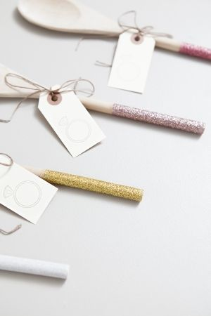 Having a cooking-theme bridal shower? These DIY glittery wooden spoons are the perfect favor idea!