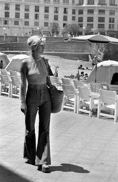 """Jeune femme portant un pantalon large """"pattes d'éléphant"""", à Biarritz (Pyrénées-Atlantiques), en 1972. LIP-31997A-037"""