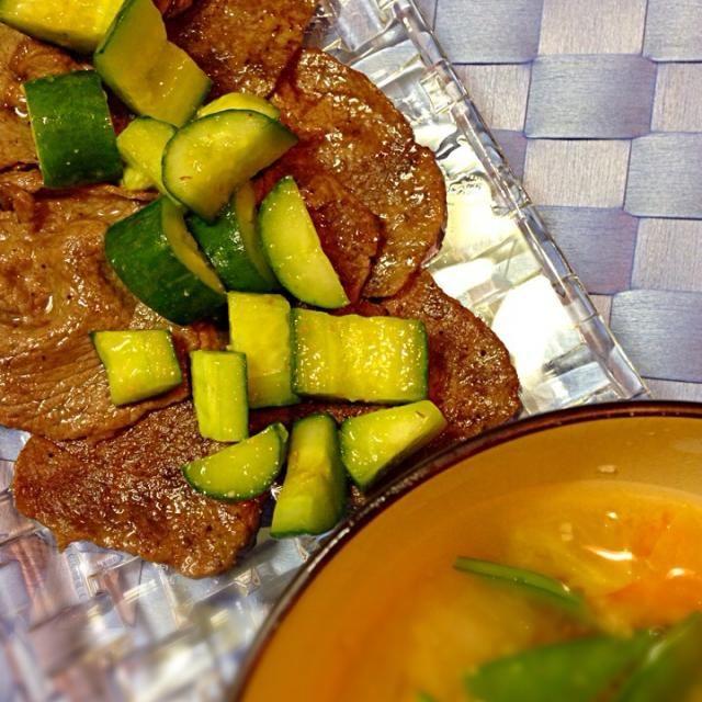 牛薄切り肉を焼いて胡瓜のドレッシング和えを添えました。頂き物の和歌山梅みそドレッシングを使用。野菜たっぷり味噌汁には酒粕を足して温かく。 - 2件のもぐもぐ - 焼肉定食 by miiciih
