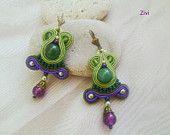 pequeños pendientes de soutache con cuentas de jade en colores verde y morado