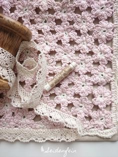 seidenfeins Blog vom schönen Landleben: gehäkeltes Kirschblütenkissen * DIY a crochet cherry blossom cushion