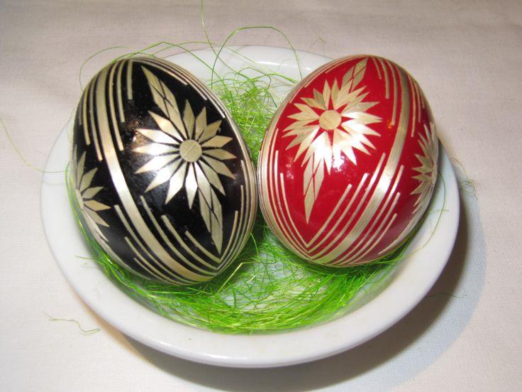 Kraslice zdobené slámou Pouky slepičích vajec barvené a zdobené lepením ječné slámy. Dostupné barvy: černá a červená. Cena je za 1 kus. Při nákupu 5 kusů, jeden kus zdarma.