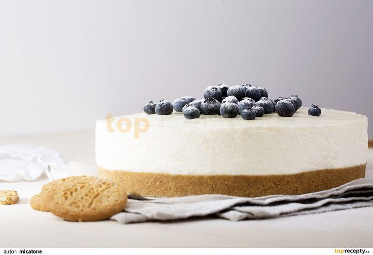 Sušenky rozdrťte a vmíchejte do rozpuštěného másla. Směs namačkejte do kulaté otevírací formy na dort se dnem vyloženým pečícím papírem a dejte...