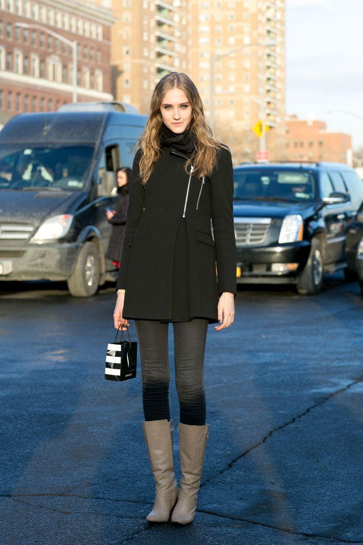 Bello questo jean grigio skinny portato dentro gli stivali (anche se forse un po' troppo chiari).  -cosmopolitan.it