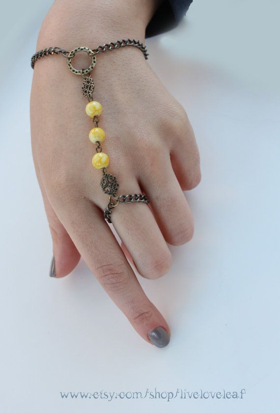 Artículos similares a Abalorios pulsera esclava, pulsera de esclavo del grano amarillo, grano amarillo y cadena de tono filigrana y vintage Vintage mano de joyería, la cadena de mano boho en Etsy
