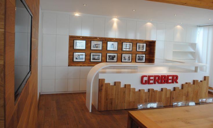 Einbauschrank, Bildergalerie, Theke und TV Wand, Tisch und Parkett im Meetingraum von GERBER Ingenieure