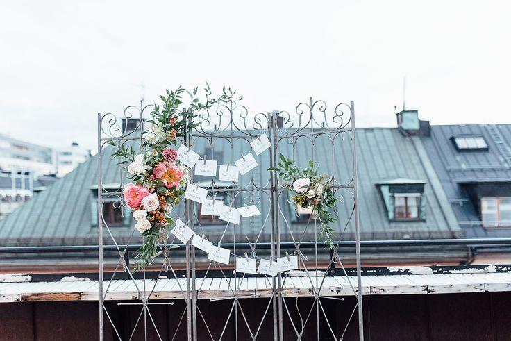 Styled wedding photoshoot, escort card, wedding cake, floral arrangement, coral, peach, quicksand rose, keira, design, inspiration, bröllop, rooftop, brass, candlestick, baroque, avantgarde, stockholm, new york city,   Floral design/Styling: worldofelitegroup.com Styling: fannystaafevents.se   Photo: poppyphotography.se Location: kungcarl.se  Cakeartist: livsandbergcakeart.se  Paperdesign: elinsartstudio.se  Model: Linda Teinmark  Assist: Nina Carlsson Props: blomsterriket.se & room.se