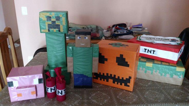 Algumas criações Minecraft feitas com caixas de remédio, de cosméticos, e cobertos com papel espelho e craft. Para as bombas usei papel crepom. Feitos por Ivone Santos