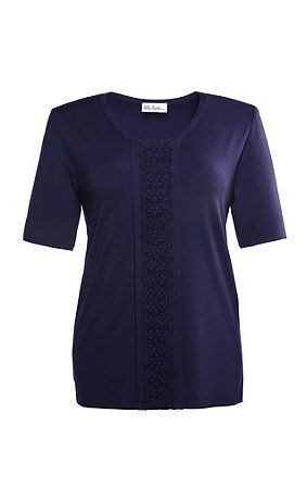 69401070 - shirt. Shirt met ondoorschijnend gevoerde kanten inzet onder de ronde hals. Aansluitend model met langere halflange mouwen. Type: slim. materiaal: 94% Viscose, 6% Elasthan. Aan de maat aangepaste lengte ca. 68 - 78 cm.