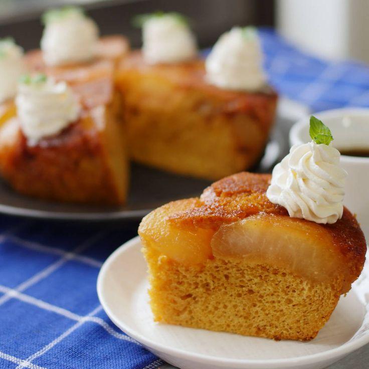 「梨のタタンケーキ」のレシピと作り方を動画でご紹介します。梨を2個使ってキャラメリゼして、ホットケーキミックスでタタンケーキを作りました。梨の煮汁をケーキに加えるので本格的な味わいに…!濃厚でしっとりしているのでコーヒーにも合いますよ♪