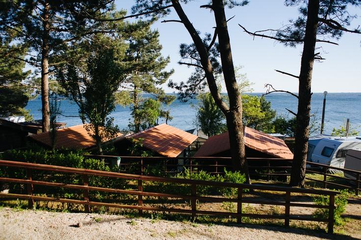 Ya seas de saco de dormir o de cabaña, en el Camping Playa de Cabío tenemos lo que necesitas: bungalows, zona de acampada y parcelas para tiendas, caravanas o autocaravanas.  www.campingriadearosa.com #camping #Galicia #relax