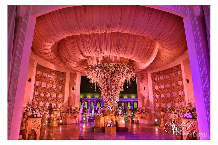 Such a fabulous wedding decor! Photo Credits - @weddingtwinkles | #bigindianwedding #indianwedding #wedding #indianbride #luxurywedding #weddingdecor #weddingdecoration #weddingplanner #decorideas #decorinspiration #indianweddingdecor #weddinginspiration #luxuryeventdecor #flowerdecoration