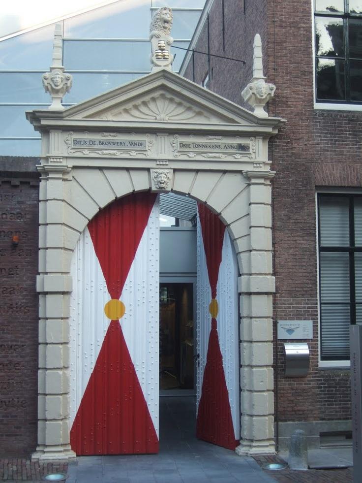 De 17de-eeuwse brouwerijpoort van de Drye Tonnekens, publieksingang van het Zeeuws Archief. Het opschrift luidt: 'Dit Is De Brovwery Vande Drye Tonnekens Anno 1620'. De poortdeuren zijn geschilderd in de stadskleuren van Middelburg: rood, geel en wit.