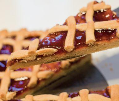 Gör en charmerande paj med plommonmarmelad att servera till kaffet. Smaken blir extra angenäm av att du blandar ner lite smakrikt citronskal i marmeladen. Servera den vackra, svala pajen med grädde eller söt vaniljglass.