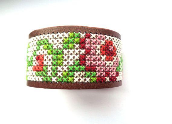 Cross stitch bracelet brassard brodé marron avec par EvitaHandmade