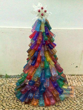Árbol de navidad colorido hecho con botellas recicladas   Manualidades de hogar