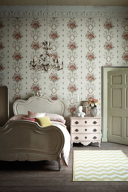 English Cottage - look at hat amazing wallpaper!!
