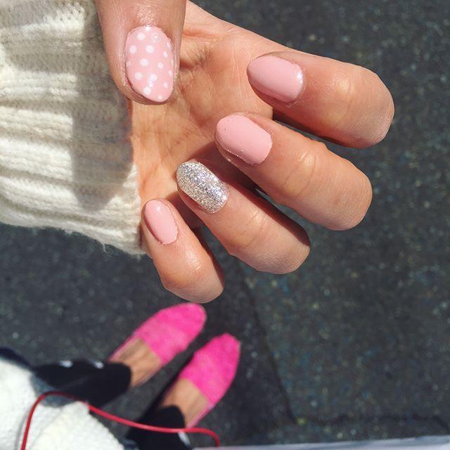 봄기운 물씬🌸🌺 반년만에 젤네일하고 여행준비 개시😊 #셀프젤네일#젤네일#네일아트#탐스#데일리#일상#여행#여행준비#핑크#ジェルネイル#セルフネイル#nail#nailart#gelnails#toms#daily#ootd#pink