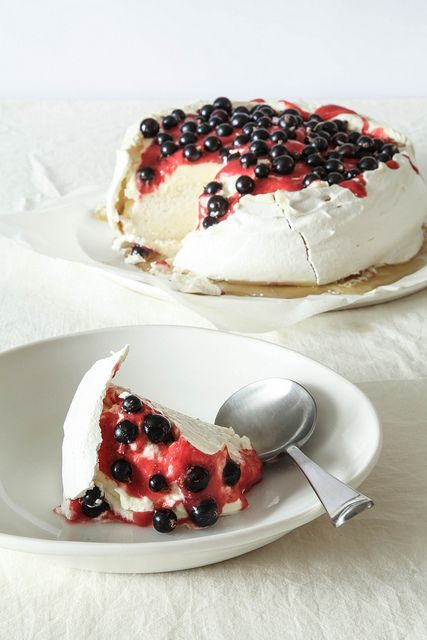 Kiwi pavlova by Lovely Food, via Flickr