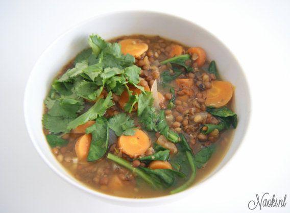 Linzen soep recept    veganistisch    komijn, sesamzaad, kokosolie/olijfolie, knoflook, ui, linzen, tomaten, bospenen, water of bouillon, gember, cayennepeper, peper en zout, spinazie, ev. koriander of peterselie