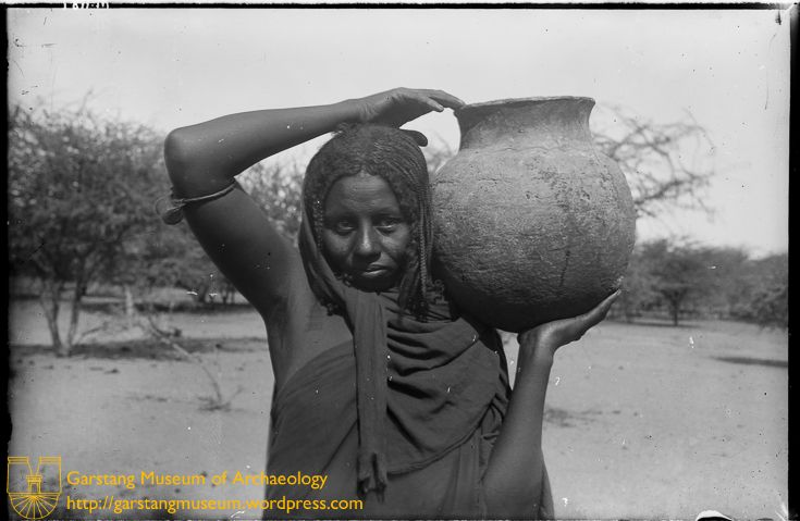 JG-M-A-037 (1911) – A local woman holds a large pot on her shoulder, in the village of Begrewiyeh, near Meroë.