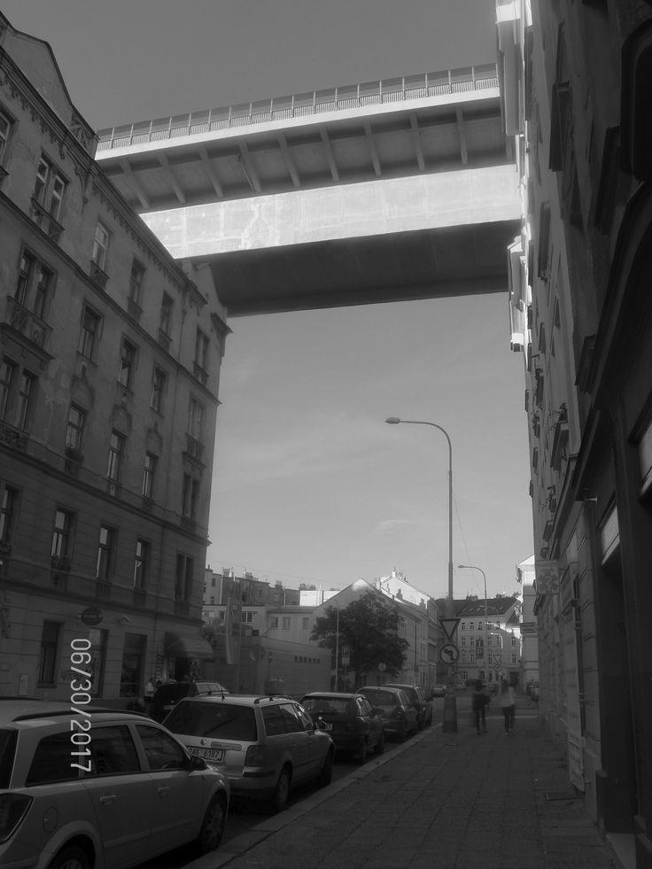 Pod Nuselským mostem:) Krásné, ale staré domy. Byty jsou malé a naprosto stísněné, stejně jako atmosféra ve čtvrti. Tady fakt nikdo neplatí kartou..