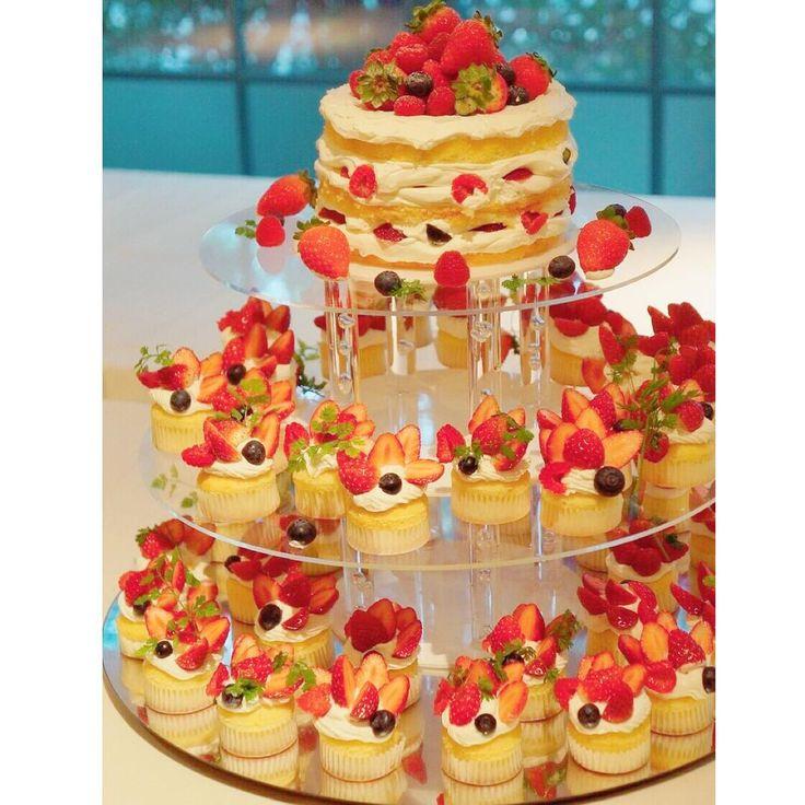 「wedding report 22. . ウェディングケーキ . わたしたちのウェディングケーキはカップケーキタワーです˙ᵕ˙ . お色直し後のテーブルラウンドで、このカップケーキをゲストにサーブしました . 美味しそうな見た目を重視して作っていただきました♩ .…」