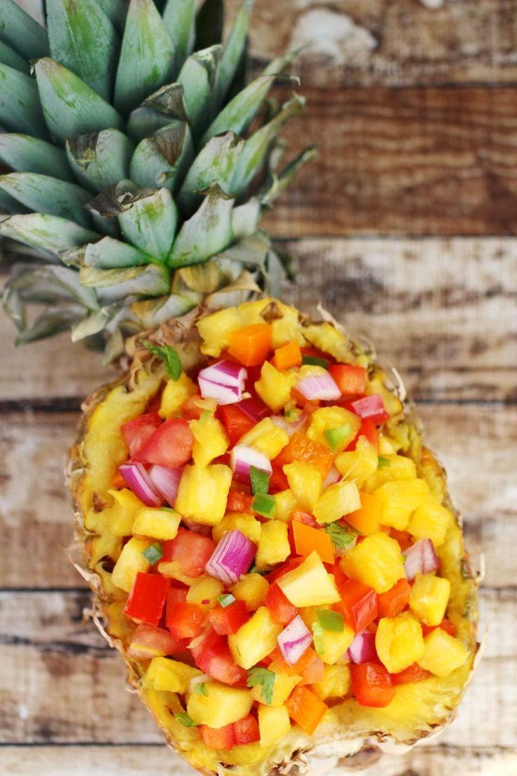 Questa ricetta dolce e piccante salsa di ananas è super facile e piena di incredibili sapori freschi.  Servire con tortilla chips per un aperitivo estivo fresco o come condimento per il pollo o pesce alla griglia.