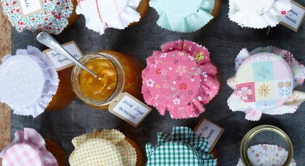 Que faire de la cagette d'abricots rapportée du marché ou de la magnifique récolte de fraises du jardin potager ? Des confitures, bien sûr ! Suivez le guide.     http://www.prima.fr/cuisine/je-fais-mes-confitures/792539/