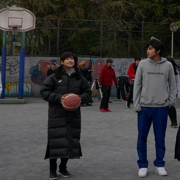 土屋太鳳 春に撮影はしたけれど まだまだ寒くて コートでの撮影も