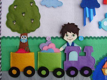 Купить или заказать Развивающая книжка 'Путешествие' в интернет-магазине на Ярмарке Мастеров. Развивающая книга - игра 'Путешествие'. Размер в развернутом виде 25,5*40 см, в закрытом 25,5*20 см. На обложки книги изображен автомобиль, в котором едем мальчик, имя ребёнок может придумать сам или вместе со взрослым. Мальчик отправляется в книгу, чтобы узнать, на каких транспортах можно путешествовать . Но чтобы это узнать - надо их собрать! В небе - самолет, на реке - кораблик, по дороге едем…