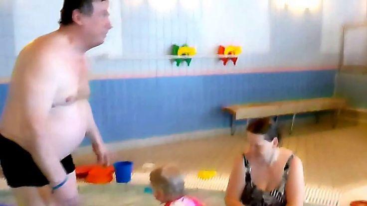 Внучка 2 года первый раз в бассейне