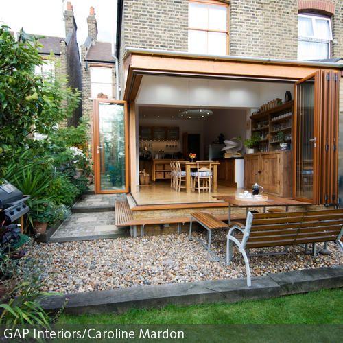Das Esszimmer im Sommer zur Terrasse umfunktionieren: Ein Traum, der mit einer Glasfalttür zum Garten wahr werden kann. Komplett verglaste Wände spenden dem …